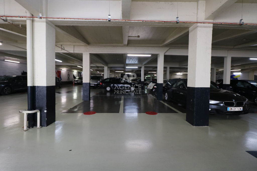 PARKING - RUE DAMREMONT 4/5